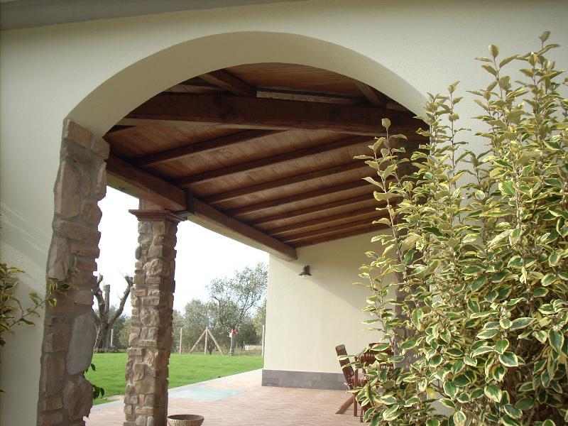 Portico in legno massello di castagno for Travi in legno sul portico anteriore